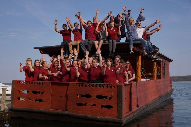 """Rookhus feiert Erlebnis-Floß """"Ninus""""!  Endlich offiziell - Das neue Rookhus-Floß ist am Samstag, den 1. April 2017, erfolgreich zu seiner Jungfernfahrt auf dem großen Labussee im Müritzer Nationalpark aufgebrochen, um von nun an für spannende Themenfahrten und actionreiche Kindergeburtstage zur Verfügung zu stehen.  Weitere Informationen: http://www.rookhus.de http://rookhusfloss.blogspot.de http://www.pr4you.de"""