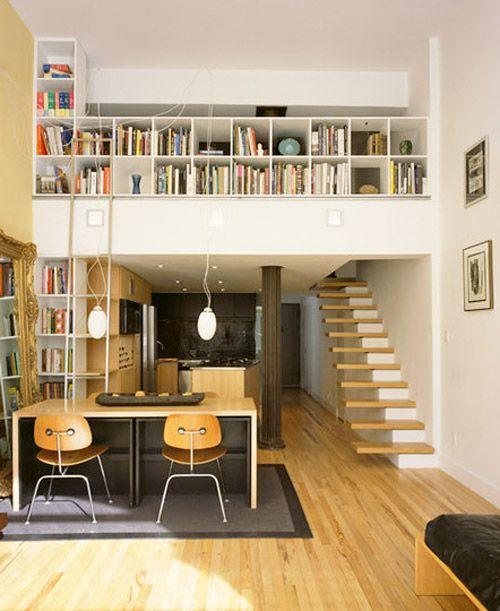 La mezzanine du loft New Yorkais en photo ci-dessous est accessible via un escalier « semi-flottant ». Des étagères servent de garde corps à la mezzanine.