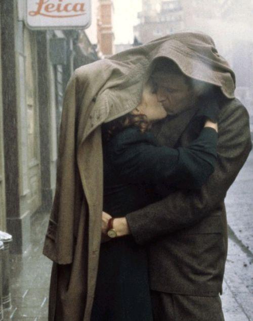 S'embrasser sous la pluie....