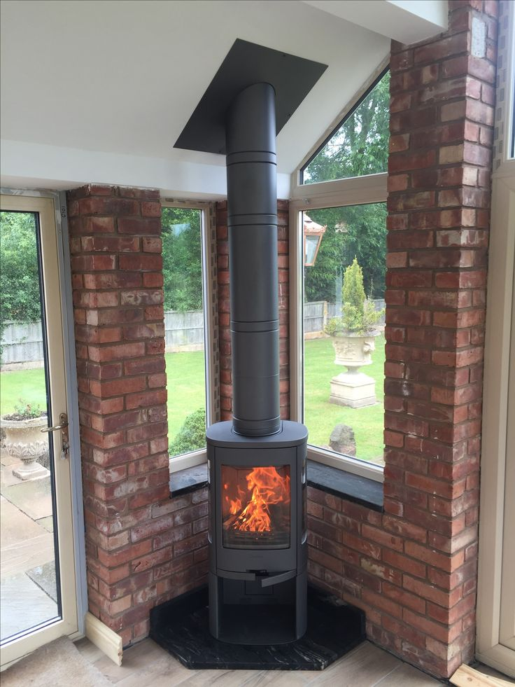 This recent installation by Hagley Stoves shows a Contura 810 stove that has been installed in a single storey extension with a Poujoujat flue
