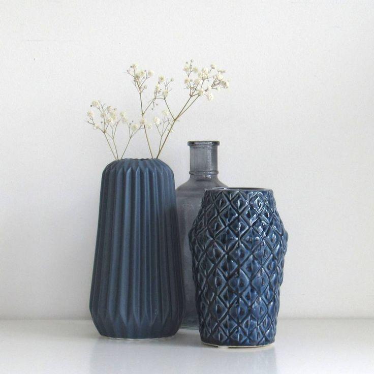 - Vazen Combinatie Blue Grey no. 8 -  Blauwe vazen van Bloomingville. Springt eruit op je bijzettafel of schouw. Mooie blauwe set kussens van Mrs Bloom erbij en klaar!