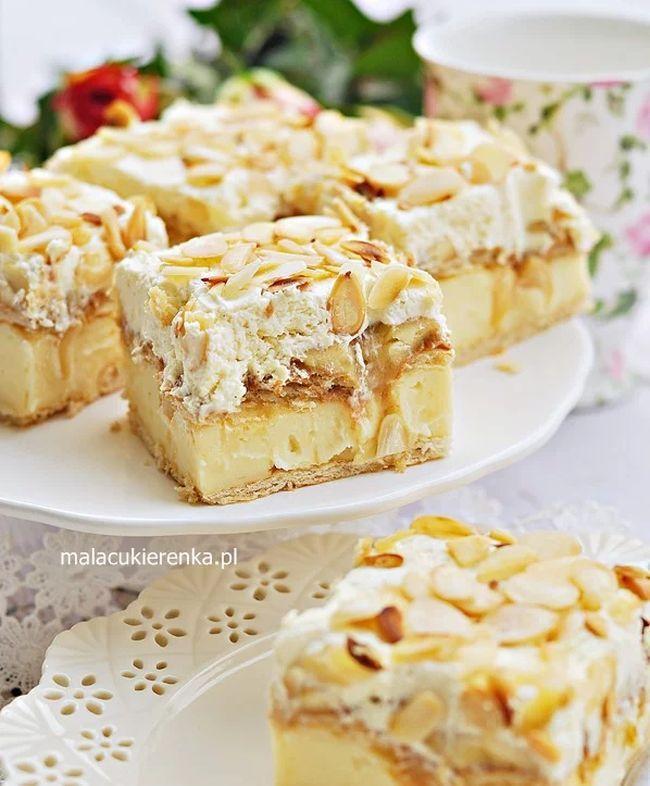 """Pyszne ciasto bez pieczenia. Warstwy to słone krakersy, krówkowa i budyniowa masa oraz banany. Ciasto jest ciekawe w smaku, słodkie od bananów i kajmaku oraz lekko słone od krakersów. Proste w przygotowaniu i w miarę szybkie, trzeba tylko poczekać, aż trochę przestygnie budyń. Sprawdzony przepis z bloga """" Mała Cukierenka """" ."""