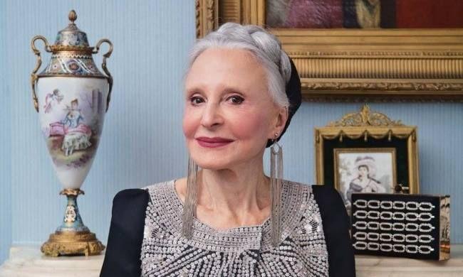 Дона Мария Джило, дама 92 лет, маленькая и настолько элегантная, что каждый день в 8 утра уже одета, хорошо причесана и со скромным макияжем, несмотря на слабое зрение. И сегодня она переехала в дом престарелых: ее муж, с которым она прожила 70 лет, недавно умер, и у нее не оставалось другого выбора. После того, как