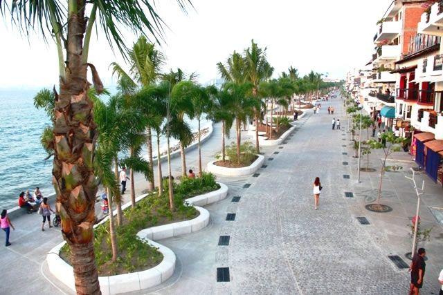 Aqui es el centro comercial de Puerto Vallarta. Esta en Mexico. Es muy hermoso y hay much as cosas wye hacer. Como comer, bailar, ir a la playa, o tambien comprar arteseñias.