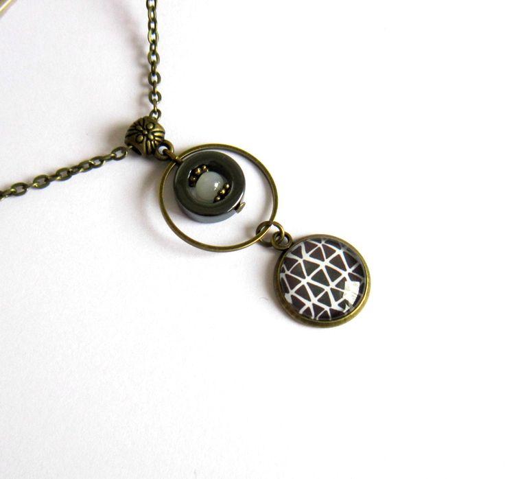 Collier fin moderne graphique, bronze, noir et blanc, cercle, triangles, cabochon de verre : Collier par color-life-bijoux