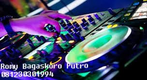 "Disjoki atau joki cakram atau (bahasa Inggris: Disc jockey, disingkat DJ, atau kadang-kadang ""deejay"") adalah seseorang yang terampil memilih dan memainkan rekaman suara atau musik yang telah direkam sebelumnya"
