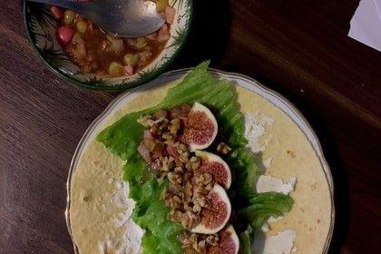Ziegenkäse-Wrap mit Birnenchutney, Feigen und Walnüssen