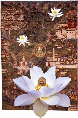 《連作「蓮華集」その9 大日如来を囲むラサの寺院と僧院》 1999年 コラージュ 神奈川県立近代美術館蔵