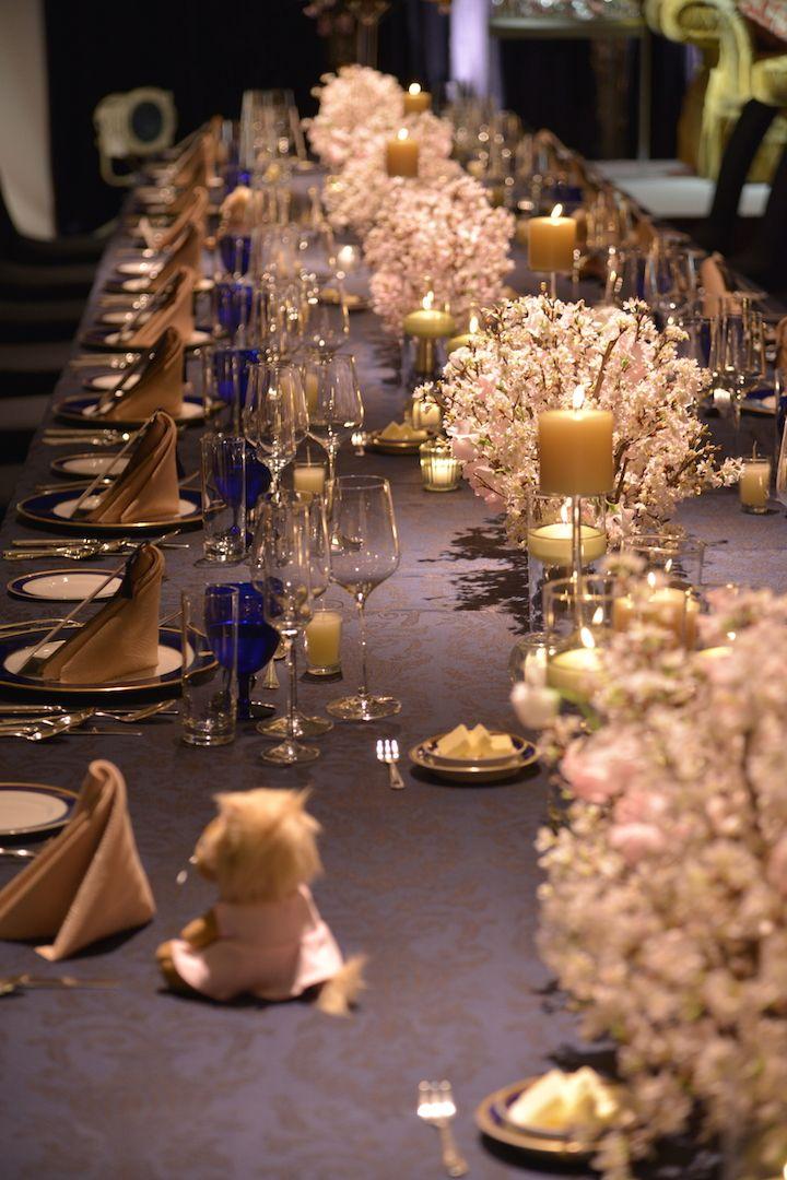 ネイビーのテーブルクロスにピンクの桜が映え、ほのかに揺れるキャンドルがよりロマンチックな気分を高めて。