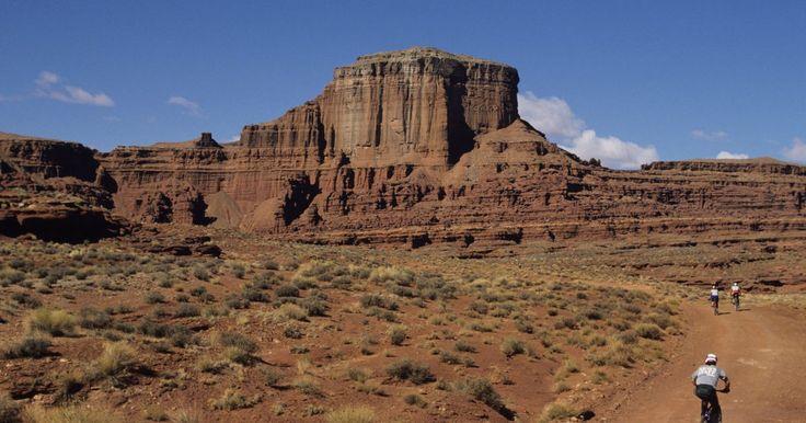 ¿En qué tipo de casa vivían los apaches?. Históricamente, la tribu Apache era un pueblo nómada, viajando por las altas montañas desiertas y las planicies, cazando y buscando alimentos y haciendo cosechas vegetales durante el clima cálido. Como itineraban de un lugar a otro, las casas que construían eran pequeñas y simples, construidas fácilmente y con muy pocos muebles.