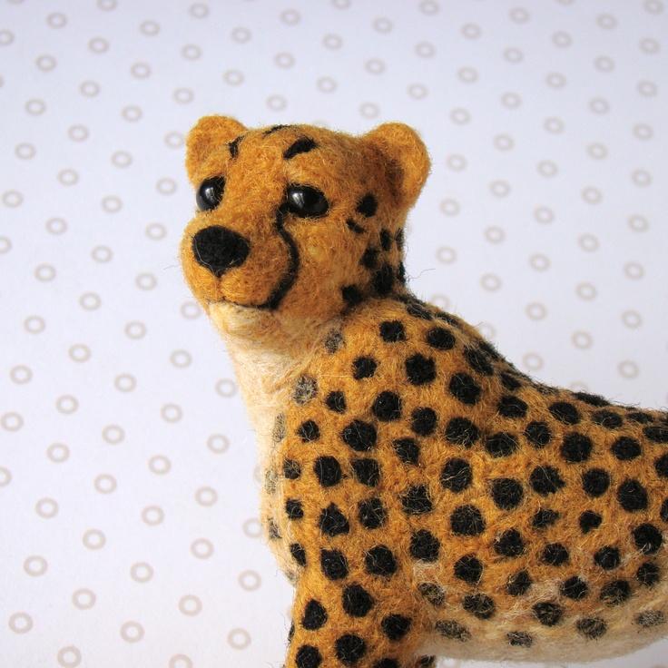 Cheetah Gepard Cheetah - nejrychlejší běžec na zemi, nádherná šelma jejíž celé tělo je uzpůsobené rychlému sprintu. Nezatažitelné drápy fungují jako běžecké tretry, dlouhý ocas udržuje rovnováhu a štíhlé tělo je mimořádně ohebné. Gepardi jsou poměrně společenští a přátelští, mláďata žijí s matkou velmi dlouho a sourozenci žijí v tlupě dlouhá léta a ...