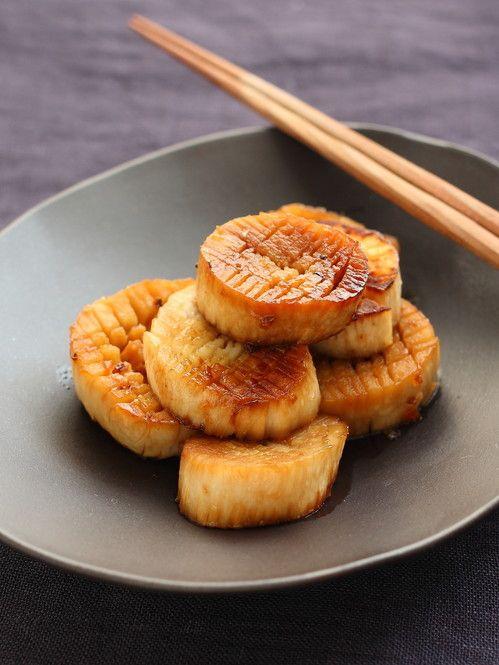 秋の味覚キノコの中で圧倒的人気を誇るエリンギだけで絶品おつまみが作れますよ。旨みが濃くて火が通りやすいので5分もあれば十分です。ホタテ風の食感と味わいにアレンジできちゃうレシピは特に大注目!ホタテ風エリンギの作り方と絶品おつまみレシピをご紹介します。