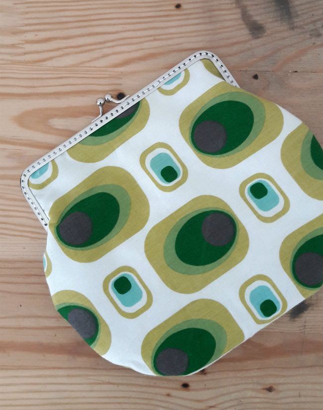 Clasp clutch in 70's vintage fabric | Happy in Red