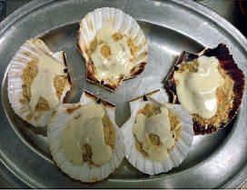 """CAPESANTE GRATINATE CON CREMA DI PARMIGIANO REGGIANO   - 10 Capesante - 200 gr di Crema """"La Viziosa"""" - 100 gr di Pan Grattato - 60 gr di Parmigiano Reggiano - Olio  - Sale e pepe  - prezzemolo Pulite e pepate le capesante. Mescolate in una ciotola pan grattato, formaggio grattugiato e prezzemolo tritato, unite olio e amalgamate. In una teglia coprite le capesante con il composto. In forno a 200 °C per 10 minuti. Poi guarnitele con  """"La Viziosa"""" al Naturale. In forno 1 minuto, poi servite"""