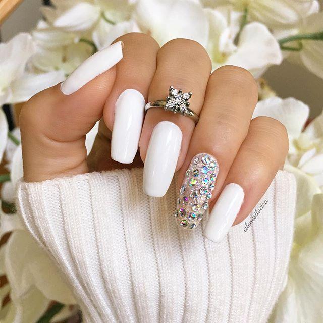 White nails for Summer! Love it Amo unhas brancas no verão! I used Blanc by #essie