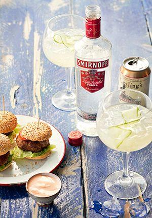 Ingrediënten: 45 mlSmirnoff Vodka 120 mlGinger beer Scheutje vers limoensap Dunne plak komkommer Bereiding: Vul een groot wijnglas voor ¾ met ijs.