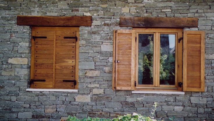 öregített tölgyfa viaszolt felületek, spalettával és egyedi kovácsolt vasalatokkal, kétszárnyú ablak spalettával és álgerendával