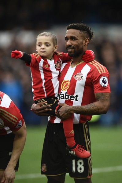 Sunderland's English striker Jermain Defoe (R) holds Bradley Lowery (L) ahead of the English Premier League football match between Everton and Sunderland at Goodison Park in Liverpool, north west England on February 25, 2017. / AFP / Oli SCARFF / RESTRICTED TO EDITORIAL USE. No use with unauthorized audio, video, data, fixture lists, club/league logos or 'live' services. Online in-match use limited to 75 images, no video emulation. No use in betting, games or single club/league/player…
