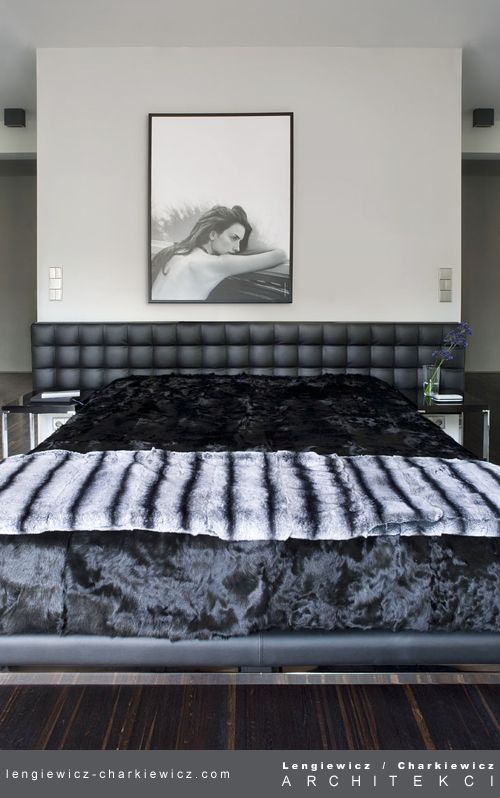 Dom znanej projektantki mody. Sypialnia. Projekt i realizcja: lengiewicz-charkiewicz.com #bedroom (fotografia: Hanna Długosz)