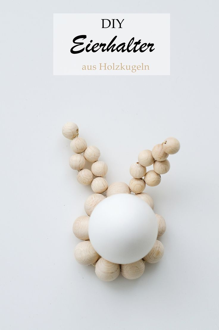 Ganz einfach nachzumachen: Schlichte Eierhalter für den Ostertisch aus kleinen Holzkugeln.