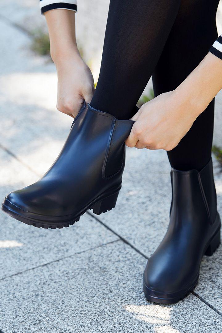 履きごこちで勝負するシンプルなショートブーツ