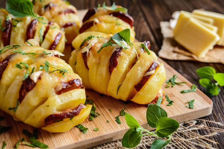 Préparation : 1. Préchauffez votre four à 180°C. 2. Lavez les pommes de terre puis incisez-les dans le sens de la largeur à intervalles réguliers en veillant à ce qu'elles restent entières. …