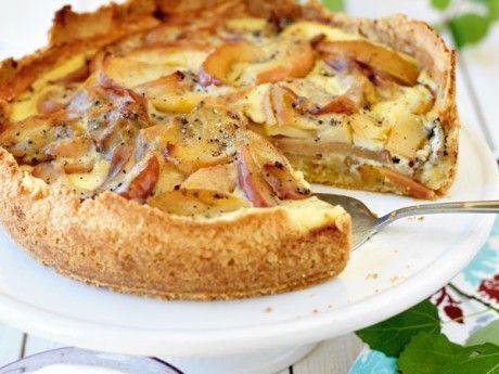 Recept på äppelkaka med kardemumma och citron. Viktors äppelkaka är en av våra populäraste äppelpajer.