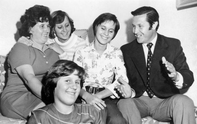 1975 Takíto sme boli kedysi mladí a zaľúbení! Nádherné fotky zo starých čias dokazujú, že láska môže vydržať aj celý život | Casprezeny.sk