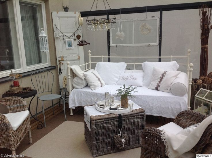 """""""Ninnuli"""":n maalaisromanttinen parveke on täynnä ihania yksityiskohtia. #lasiterassi #kodinsisustus #balcony #homedecor #maalaisromantiikka"""