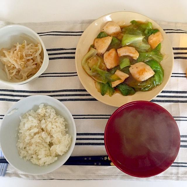 麦飯、レタスと鶏肉のオイスター炒め、もやしのナムル、中華スープ。 ゴマ油と鶏ガラ出汁があれば中華っぽくなるので重宝します。 - 8件のもぐもぐ - ヘルシー中華ごはん by Rnszk0726