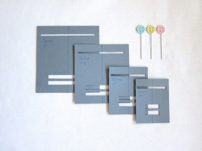 Faz Vies Caseiro. Opções caseiras para fazer viés, quando não temos os caros aparelhos. Feito de papel em vários tamanhos.  Fonte: http://www.stitch-n-smile.com/how-to-thursday-create-a-bias-tape-maker/