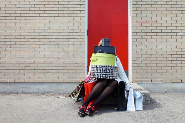 """Una donna entra in un centro commerciale. Contempla gli scaffali e le cataste di roba, la musica melliflua, i cartelli dei prezzi, i clienti che si aggirano svogliati tra gli scaffali ed è spinta a gridare: """"Ma è proprio tutto qui?"""". Un commesso le si fa incontro da dietro la sua cassa: """"No signora, può trovare di più nel nostro catalogo"""". Leggi"""