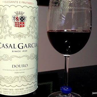 Vinho tinto Casal Garcia Vinho jovem de aparência turva e límpida com um brilho encantador em seu vermelho violeta. No paladar é um vinho de pouco corpo e ligeiramente áspero, com altos taninos e acidez levemente alta, tornando-o um vinho com um frescor interessante.