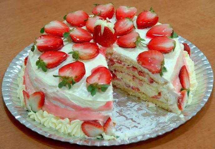 olha só que delícia gente!! Vem cá que a gente ensina!! - Aprenda a preparar essa maravilhosa receita de Torta de Morango Cremosa