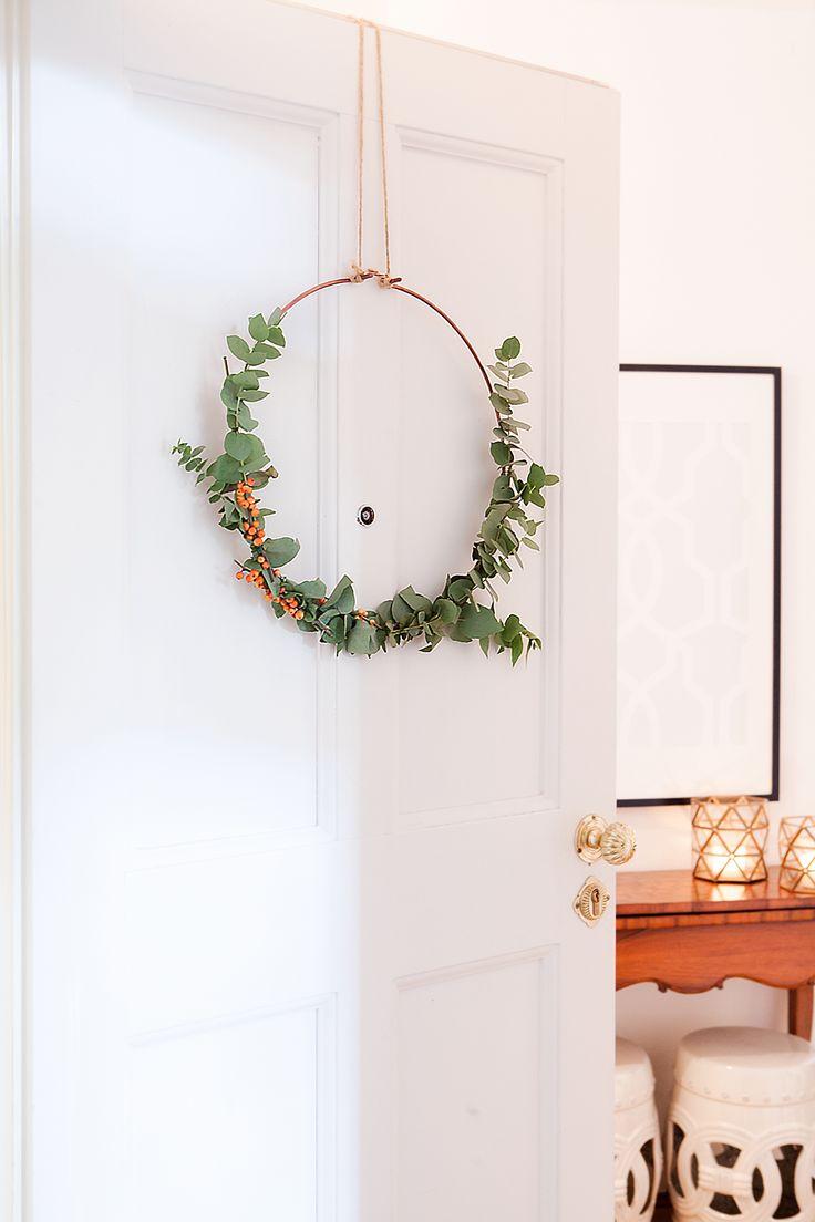 Lasset uns heute mal das Traditionelle überspringen und für modernen aber trotzdem weihnachtlichen Schick sorgen! Schlicht, stilvoll und ganz einfach zu gestalten: Das ist unser DIY Eukalyptus Kranz. Wie er geht, verraten wir Euch in unserem Magazin! // Weihnachten Weihnachtsdekoration Advent Adventszeit Ideen DIY Selbermachen Eukalyptus #WeihnachtsDekoration #Ideen #Advent #Dekoration #Weihnachten #DIY #Selbermachen