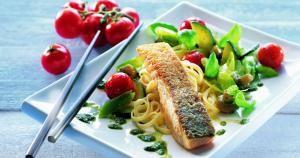 Sprød laks opskrift | Opskrift på sprød laks med sauterede grøntsager