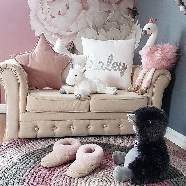 Sponset I går fikk Haley & Milian de fineste bamsene jeg noen gang har sett fra merkene Coin Coin Paris og Historie d'Ours Paris. De ble storfavoritter og fikk sove i senga sammen med dem i natt. Dere finner et stort utvalg hos @lykkelandas #lykkeland #historiedoursparis #coincoinparis #bamse #svane #enhjørning #and #kosebamse #teddy #leker #julegavetips #barnerom #kidsroom #kidsroomdecor #kinderzimmer #kidsplayroom #toys #stuffedtoy #plushies #plushtoy #plush #pink #bedroomdesign #bedroom…