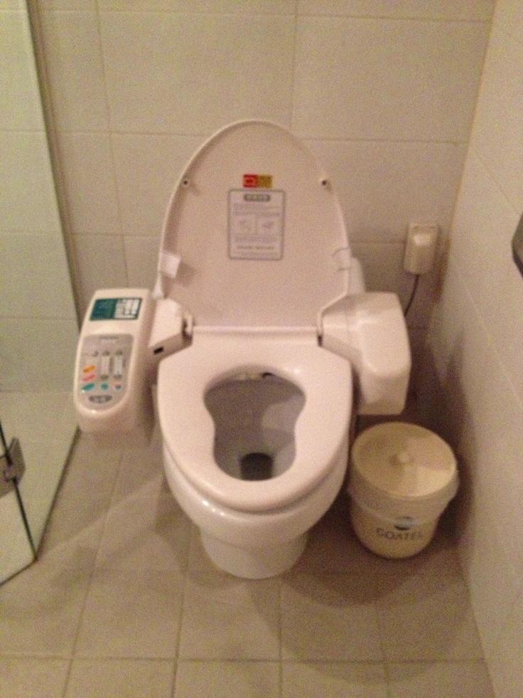 Vattenklosetten från framtiden? Nädå, det är på detta sättet man lättar på trycket i Gangnamkvarteren.  Massage, fön eller kanske några välriktade vattenstrålar? Javisst, bara ett knapptryck bort.