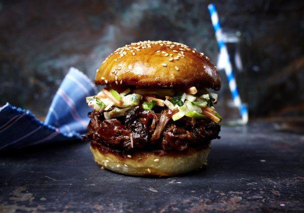 Unser beliebtes Rezept für Burger mit zerzupftem Rindernacken, Barbecuesoße und Apfel-Krautsalat und mehr als 55.000 weitere kostenlose Rezepte auf LECKER.de.