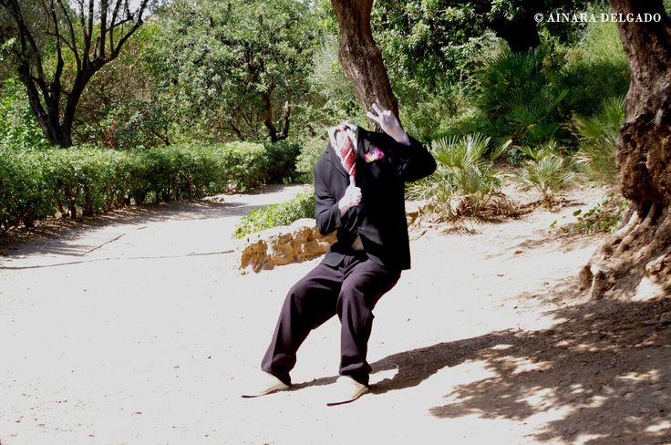 Hombre sentado suspedido - Parque Güell - Barcelona 13-08-2015