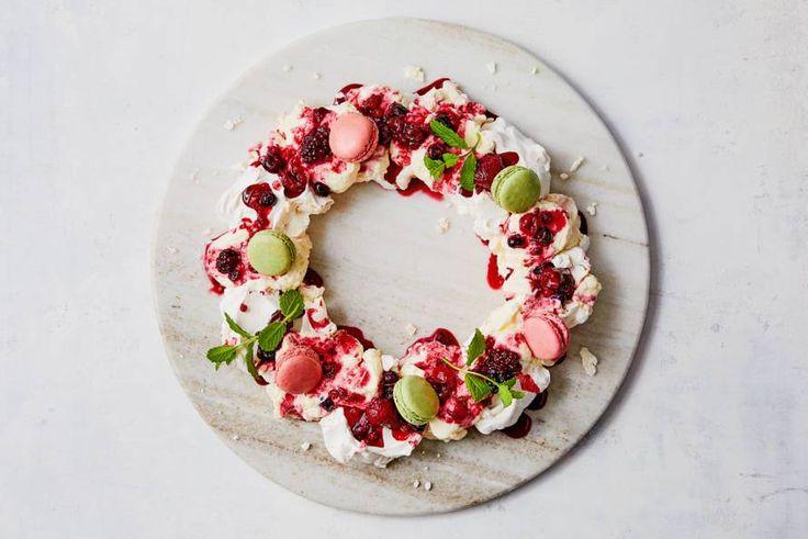 Kijk wat een lekker recept ik heb gevonden op Allerhande! Kerstkrans van meringue, citroenyoghurt & fruit - Recept - Allerhande