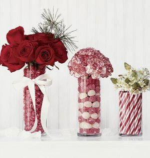 floreros de vidrio rellenos decorados con dulces y flores