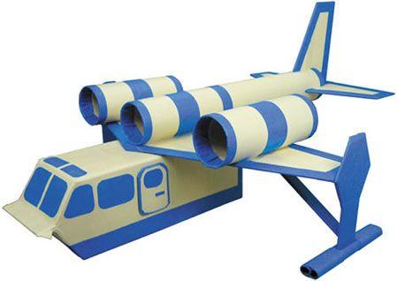 vliegtuig van pakken melk en toiletrolletjes