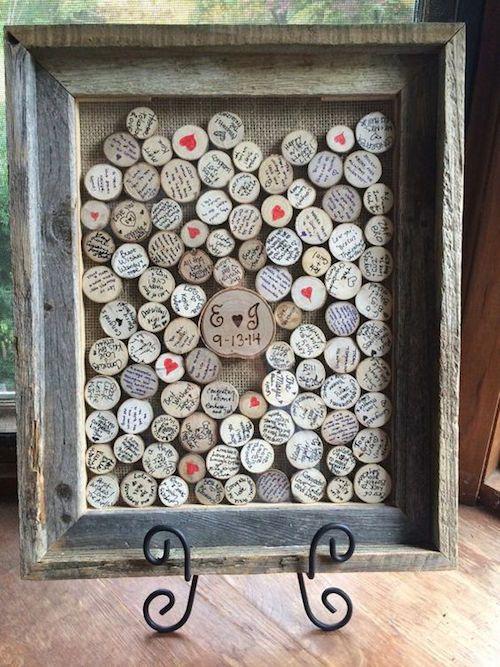Una alternativa al libro de firmas para boda muy original. Discos de madera dentro un marco de madera es algo obviamente muy creativo y no puedes dejar de considerarlo para tu boda. No solo los novios quedarán con un recuerdo inolvidable, sino los invitados recordarán el día en que vieron una idea tan creativa como esta.