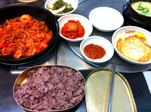 불백  A spicy Korean meat+onions dish served with rice and egg