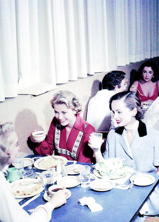 Grace Kelly Essen mit Ann Blyth und Janet Leigh in der MGM Kommissär. Elizabeth Taylor ist am Tisch hinter ihr (1954).