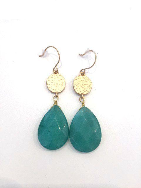 Klassieke goudkleurige oorbellen met groen steentje