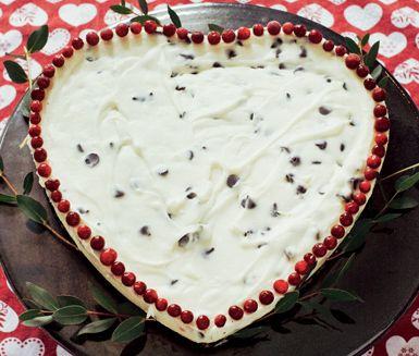 Krämig cheesecake med pepparkakor, färskost, kesella och choklad. Garnera med lingon och låt dina julgäster njuta av denna festliga variant av traditionell cheesecake. Det är en riktig vinnare.