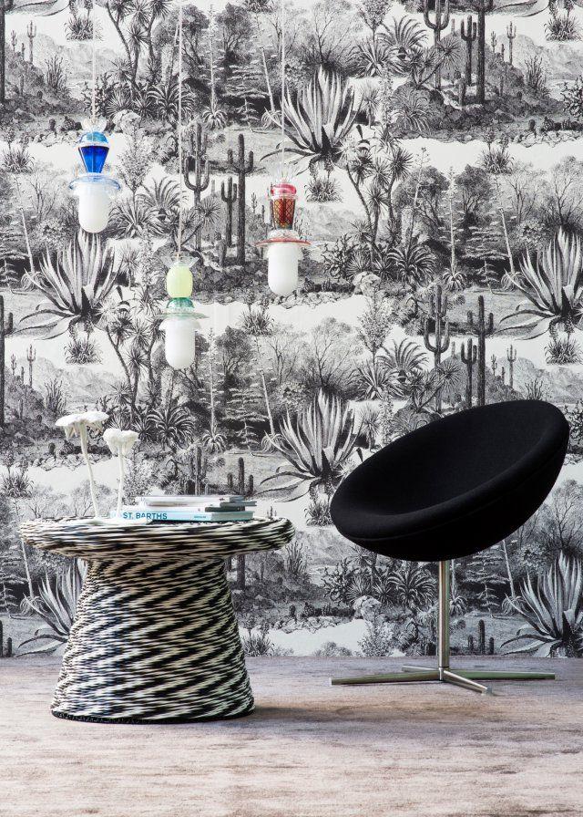<p>Papier peint Pampa, 140 cm de large, 157 € le mètre, impression sur intissé de cactus en noir et blanc façon toile de jouy</p> <p>Fauteuil Verner Pantone, Vitra....