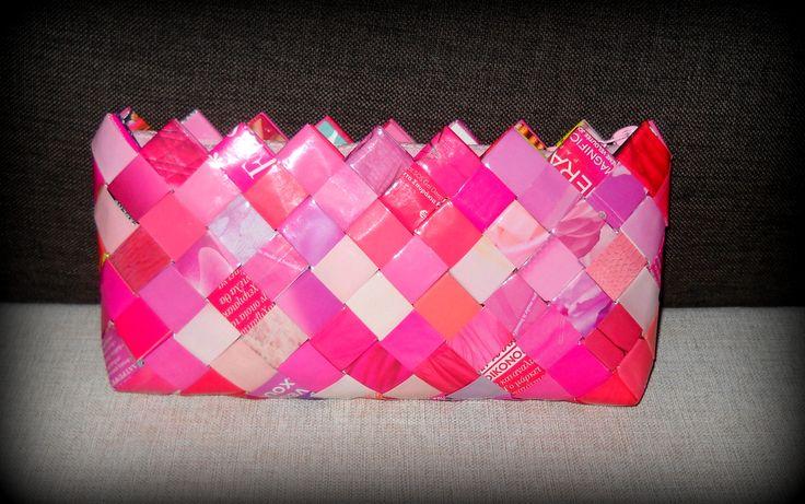 Φάκελος από ρόζ φύλλα περιοδικού. Διαστάσεις: 29εκ.(μήκος)Χ13εκ.(ύψος)Χ3,5εκ.(πάτος). Με ρόζ φερμουάρ